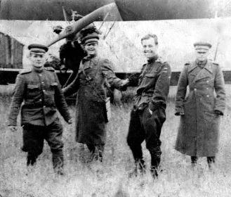 42 авиазвено связи 2 гв кк первый слева авиамеханик старшина Шелудько М.И. третий слева летчик по имени Абрам