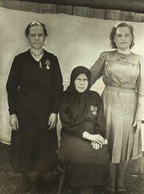 дер. Сенчуково.  После награждения в сельсовете медалями, 1945 -1948 год.