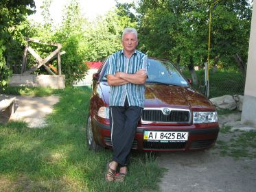 Брат позирует в гостях у сестры Раисы в с. Заставцы .