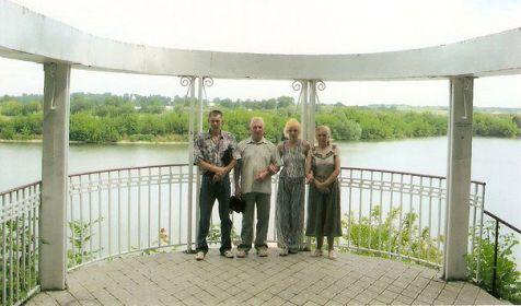 Я сфотографировал брата , его дочь Ларису , сестру Раису и родственника Валентина на фоне р. Збруч ( санадорий РАДУГА г. Волочиск )