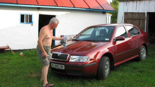 Брат Валерий в Аркадиевке возле любимой машины ШКОДА .