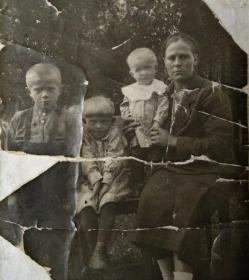 Жена Прасковья с детьми Борей, Риммой и Тоней