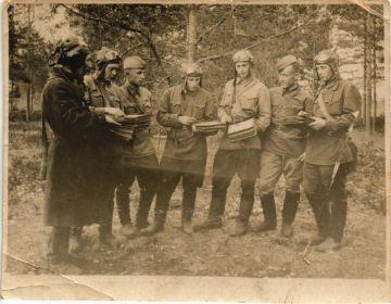 Получение боевого задания . Лето 1942 года. Крайний справа.