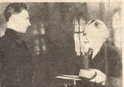 3. Калинин вручает Грамоту Героя Советского Союза, медаль и орден Ленина. 2 Мая 1940 г.