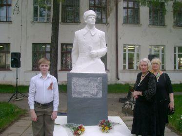 Члены семьи у памятника в городе бор.