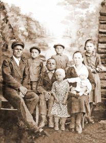 Семейное фото перед войной. Аннушка и Самуил с детьми. Валя стоит впереди в цветастом платье...