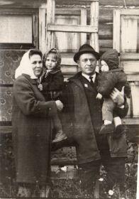 С внуком и внучкой. Фото примерно 1972г