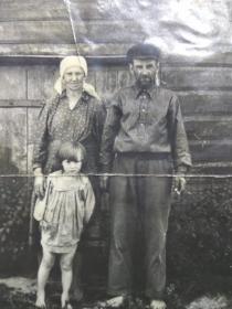 Ревякин Иван с женой Пелагеей и старшей внучкой Надей
