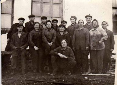Коллектив верхней парокотельной. Василий Яковлевич сидит в среднем ряду по средине