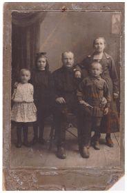Семья Полосиных: Дмитрий Яковлевич, Екатерина Андреевна, Зинаида, Владимир, Зоя. Середина 1920-х гг.