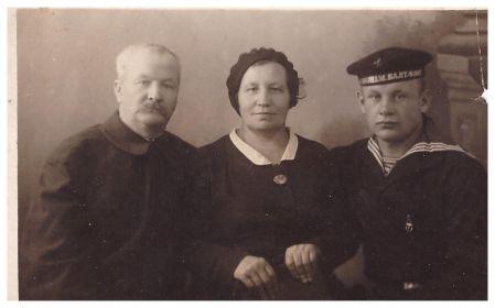 Краснофлотец Владимир Полосин с родителями. Ленинград, 1940 г.