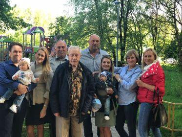Семейный архив (на фото сын, 3 внучки, правнучка и правнук)