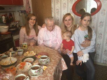 На фото с 2мя внучками и 2мя правнучками