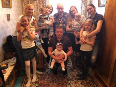 Дедушка с внуками и правнуками