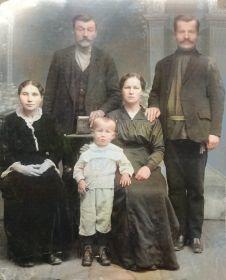 С родителями (справа) и родственниками