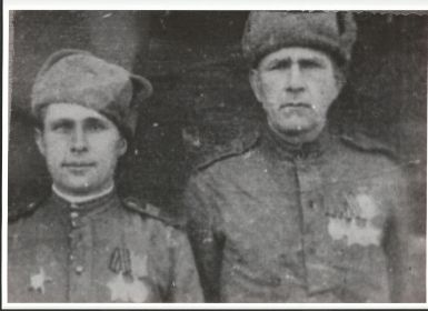 Фото с другом однополчанином Навицким в 1944 году.