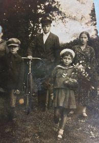 Иван Петрович с женой Зинаидой и сыном Василием