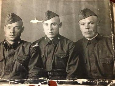 Васильев В.А. (справа) и однополчане