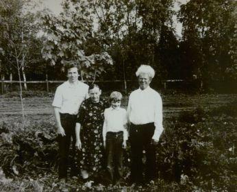 Хорычев Алексей Гаврилович (справа) с сыном Александром (первый слева), супругой Марией Ивановной (вторая слева) и внуком Артемом (третий слева).
