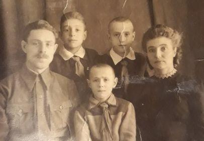 Супруги Елисеевы со своими детьми - Игорем, Олегом и Юрием, 1948 год