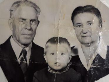 Супруги Елисеевы с внуком Павлом, 1979 год