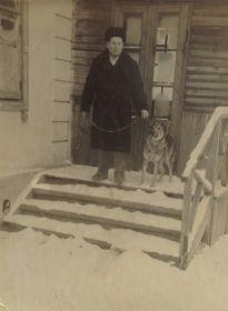 Василий Васильевич со своей любимой собакой. Послевоенное фото.