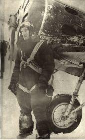 Георгий у своего самолета 1942 г.