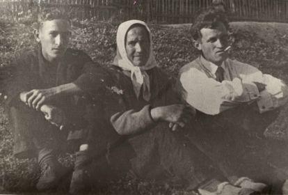 Георгий Черствов (слева) с мамой и братом. Сельцо
