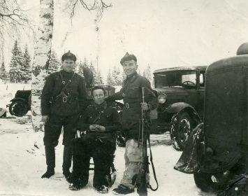 За несколько дней до катастрофы, Молоташев И. с пулемётом, сидит Мишкин Ф.В.