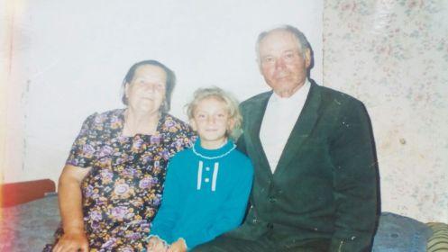 С супругой и внучкой