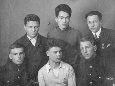 Студенты Саратовского автодорожного института. Алексей Иванович — крайний слева во втором ряду