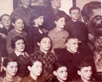 9 а класс 4 средней школы Фото 1941 года. Первый справа в первом ряду- Владимир Шаев.