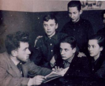 Классный руководитель Лазарь Семенович Эзрин беседует с учениками 9 а класса. Первый слева во втором ряду- Володя Шаев