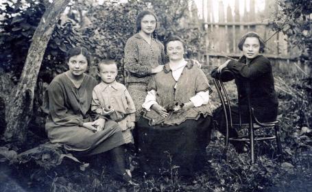 Мама Елена Агеевна и сестры Елена, Ольга,Лидия