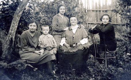 бабушка Елена Агеевна и тети: Елена, Ольга и Лидия