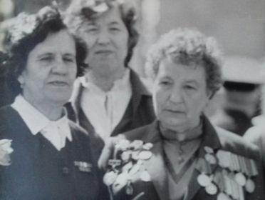 Празднование дня Победы (бабушка слева)