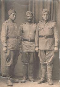 Пономарев Иван Сидорович (на фото справа) и сослуживцы