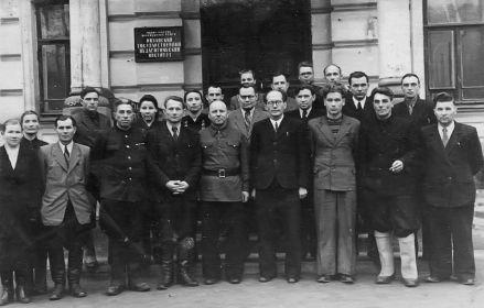 Новиков Николай (2 ряд, справа) около Рязанского пед.института