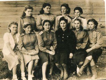 с подругами-однополчанами 1945 год