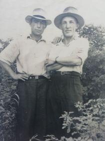 Чистяков Михаил Васильевич слева