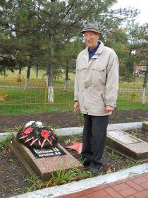 Мой отец у монумента Погибшим землякам в пос. Весёлый Ростовская область.