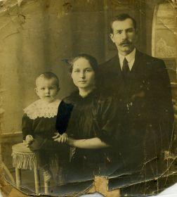 Фото родителей Екатерина Ивановна с мужем Григорием и старшим сыном. Григорий из Орловской области.