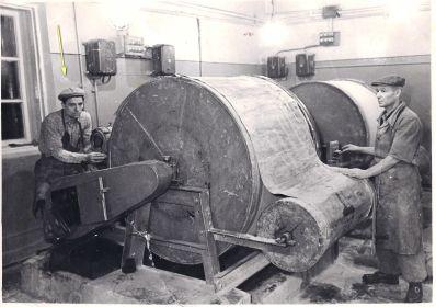 На рабочем месте  (фабрика резино-плетельных изделий №2 Красная плетельщица)