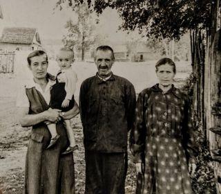 Соболев Алексей Иванович с родственниками, с права(Климашевская) Соболева Фаина Игнатьевна 22.05.1913 г.р.