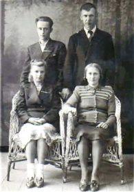 1946 г., слева Устиновы Виталий Иванович и Тамара Андреевна, справа Шероновы Иван Васильевич и Софья Ивановна (в девичестве - Устинова)