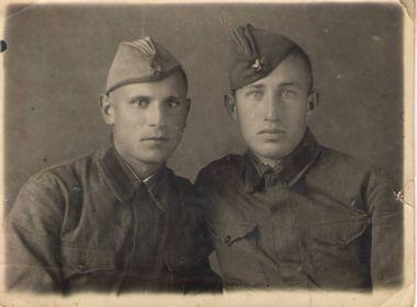 Евгений (справа) с однополчанином