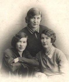 Слева направо Татьяна, Анна, Александра Манягины, 1940г.