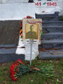 Памятный знак поставленный нами у подножия братской могилы
