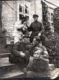 Германия. Мыльников Л.А. (сидит слева) навещает в лазарете своего пилота 14.07.1945