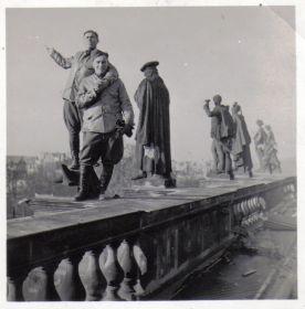 Мыльников Л.А. - Германия-Берлин-Крыша Рейхстага-1945(02) (на втором плане)